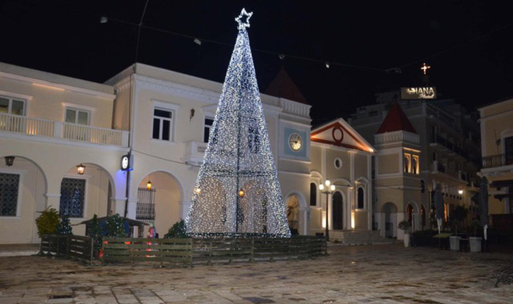 Το Χριστουγεννιάτικο δέντρο της παλιάς πλατείας.